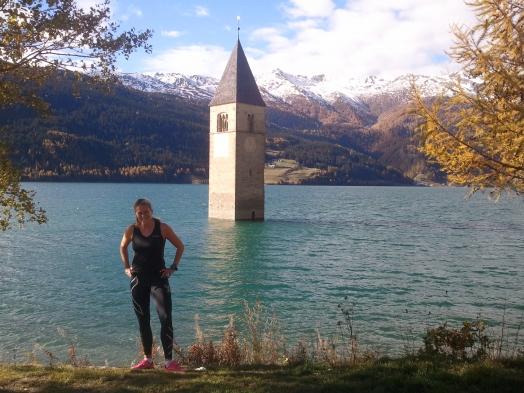 På vägen till Pitztal genom Tyrolen hittade vi ännu en sjö att springa runt. Reschensee. Den uppdämda italienska sjön som mätte 16 kilometer runt om hade dränkt en by när den anlades. Numera sticker bara kyrktornet upp. Det var skönt med några fartökningar längs sträckan som var så vacker att man nästan blev tårögd.