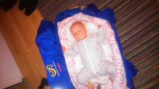 Jag tror inte alla i Sveriges olika landslag brukar hänga med en snorig unge helgen innan mästerskap. Annie fick i brist på säng sova i landslagsbagen. Den funkade.