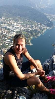 Sjön hade hittat ett fint ställe att lägga sig på. I början av onsdagens utflykt i Dolomiternas berg tyckte vi att det var lite överdrivet av andra att ha med selar och hjälmar för att bara vandra. Vi förstod varför när vi såg de branta stegarna och klipporna de hängde ifrån. Vi fick snällt ta den mindre farliga leden i brist på egna hjälmar som även den var dramatisk. Efter 1300 tagna höjdmeter konstaterade vi att förflyttningen i sidled hade varit ca 300 meter.