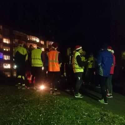Tomtar som diskuterar viktiga saker uppe vid Bandygränd. Mycket att avhandla sådär kvällen innan julafton.