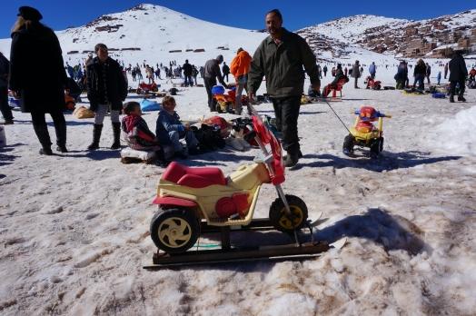 Det var hysteriskt roligt att studera de åkdon och skidor från 80-talet som var uppställda i snöhögarna till uthyrning. Hit hade carvingskidorna inte nått. Efter en åktur kunde man stärka sig med popcorn, diverse kryddor, kokta sniglar, bakelser från bakluckan på en bil och annat som bjöds ut längs vägkanten. Jag har svaret på varför Marocko sällan placerar sig i några alpina mästerskap. Dessa människor kunde inte ens åka lift utan att ramla och fallhöjden i backen var knappt märkbar.