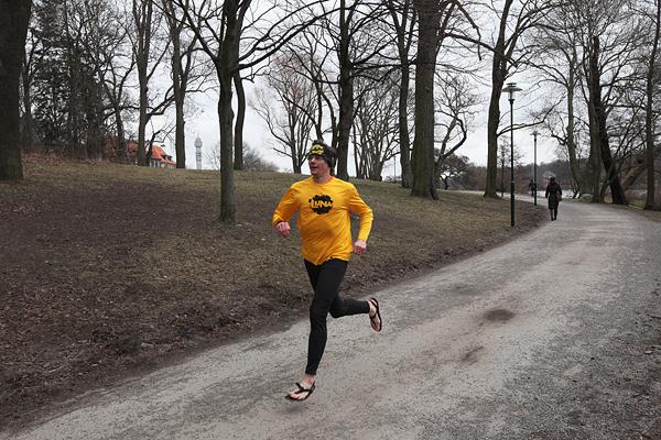 a1a6dc204d4 Daniel Broberg springer i fotspåren av succéboken Born to Run och startar  också Barfotabloggen här på Springlfa.se.