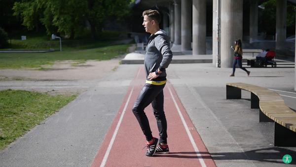 Simon Forsberg visar övningen tripping