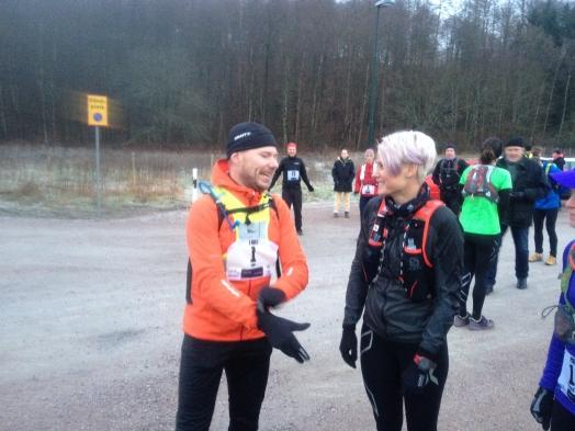 Lars Hektor med nummer 1 pratar med Karin Ahlstedt från Coach K Runners inför starten. Foto: Privat