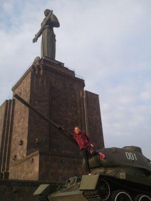 Med utsikt över Jerevan stod moder Armenien i sällskap av ett tivoli och några pansarvagnar.