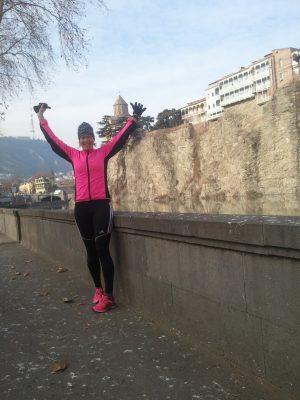 Ett tips om man vill löpa i en stad. Den har oftast en kanal eller flod. Längs Kura kunde jag bedriva ett träningspass på 42 km. Ett träningsläger i Georgien kändes plötsligt inte så tokigt för årstiden. Sol och fem grader. På lätta ben sprang jag maran på 3:30.