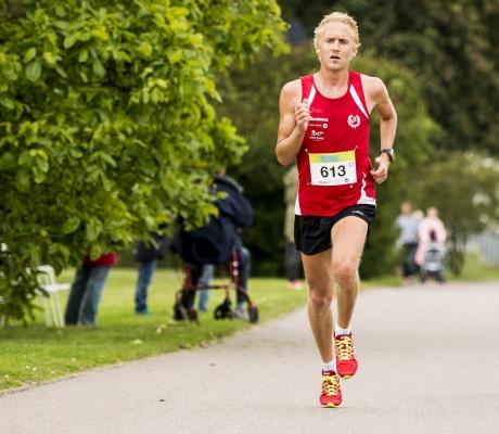 Calle Nilssons son, David Nilsson, höll för favorittrycket och tog hem Kalmar Malkars 21km 2014. Tiden blev 1.11.26